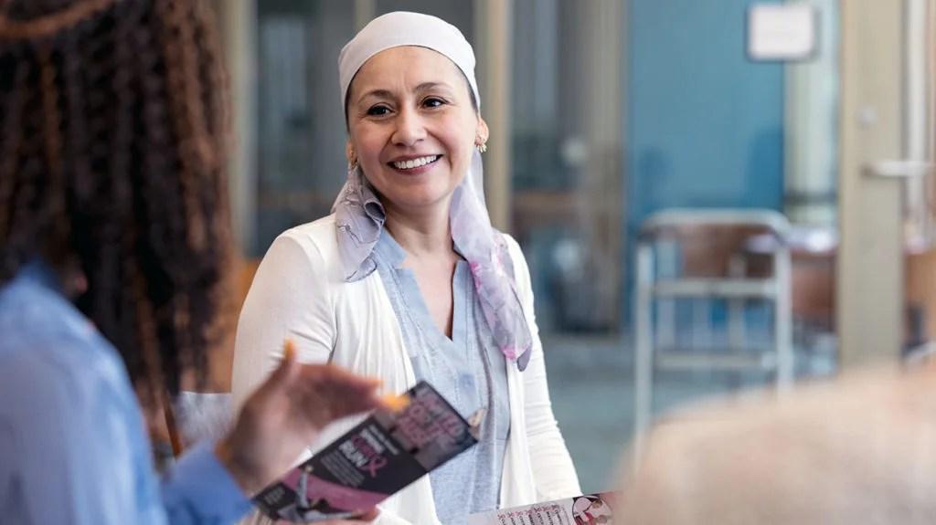 一位妇女与医生谈论转移性乳腺癌的一线治疗188金宝搏官网下载app