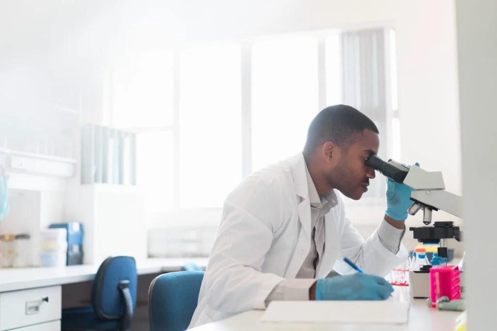 scientifique, regarder travers microscope