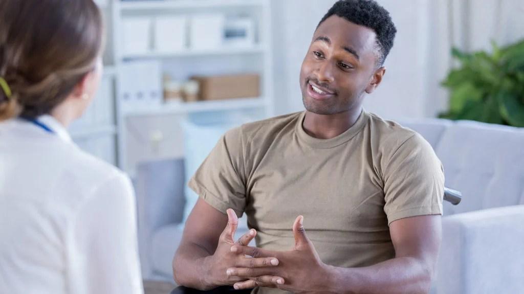 Un soldat parle avec son thérapeute et ce dont il parle, c'est de son expérience avec un traumatisme.