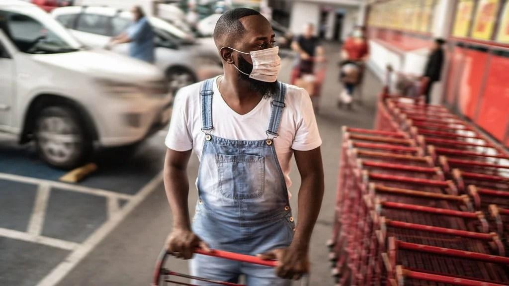 一名携带新型冠状病毒抗体的男子正在购物。