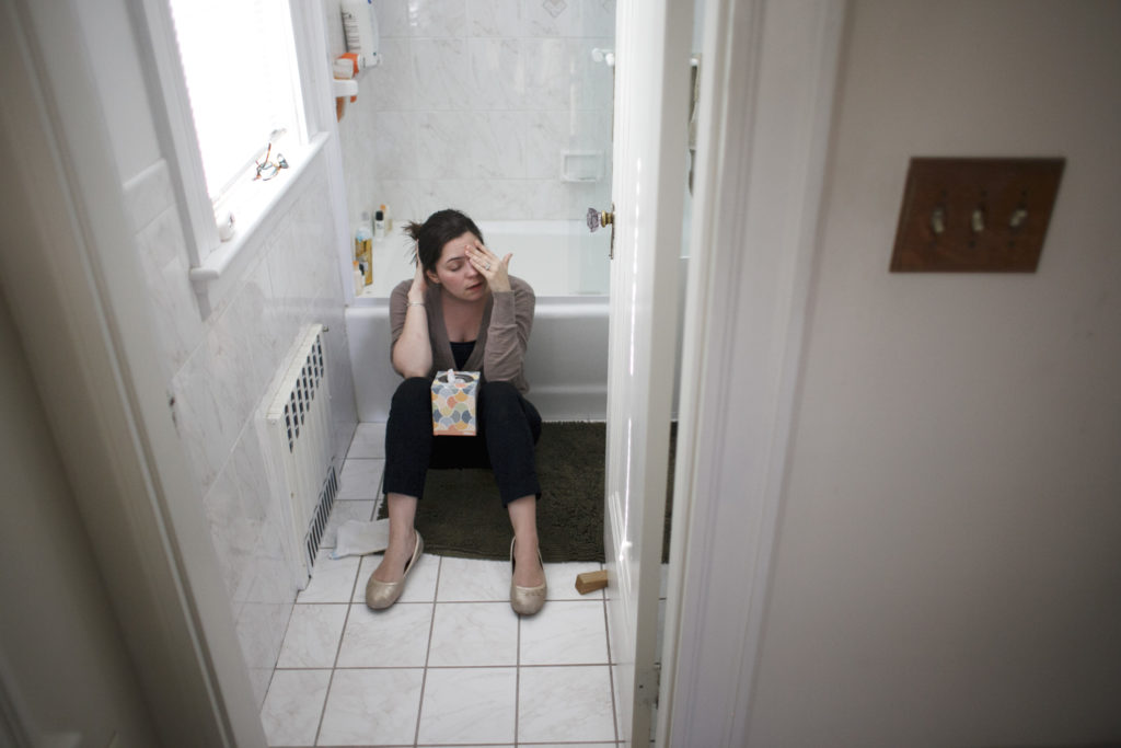 Femme, salle bains, plancher