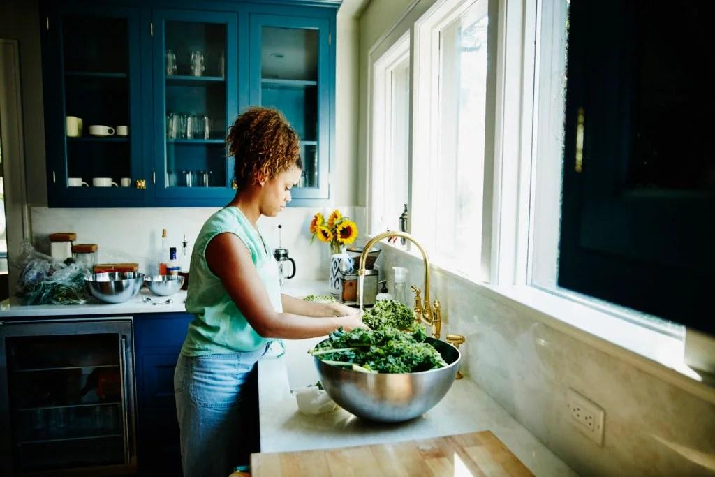 Femme, lavage, organique, chou frisé, dans, évier cuisine