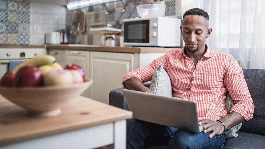 一个男人在线登录,免费与治疗师交谈。