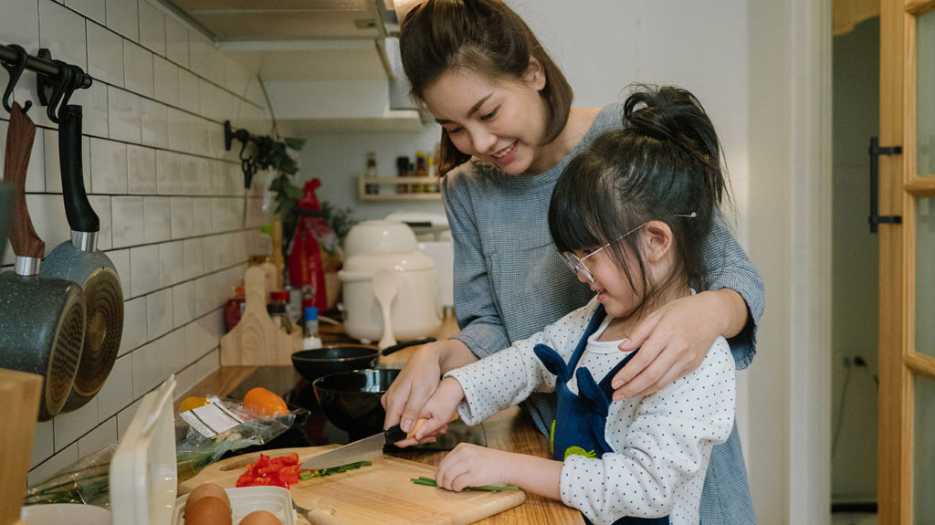 A woman and her daughter prepare an omelet with vegetables, which works with a type 1 diabetes diet.