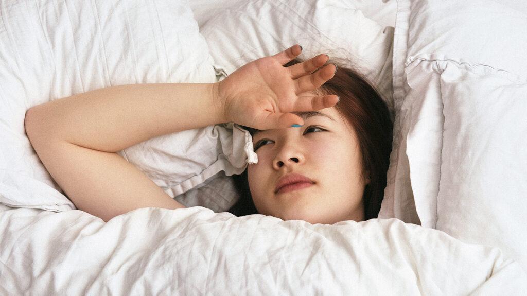 一个细菌感染症状的女人在床上。