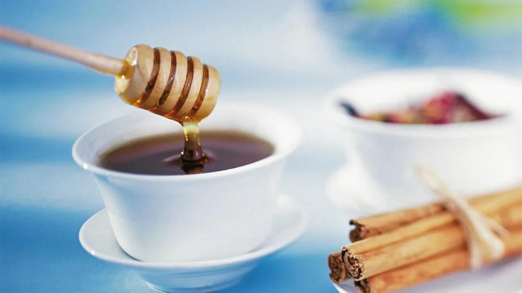 du miel et de la cannelle à côté d'une théière mais ni l'un ni l'autre ne provoquent une perte de poids