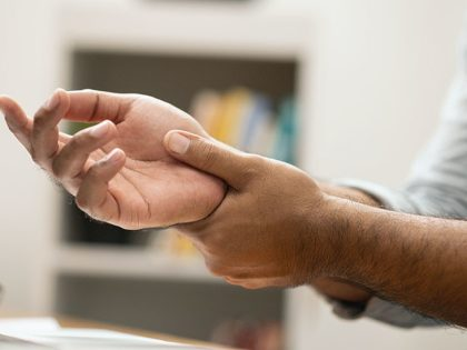 What can cause numbness in the right hand?