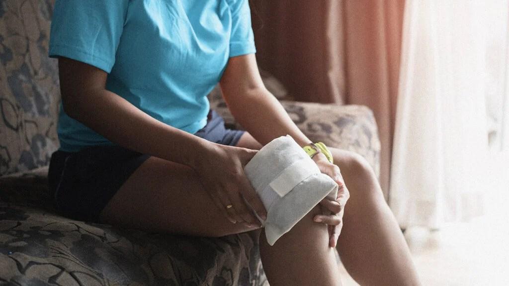 一位妇女克服她的膝盖如何快速减少膝盖肿胀。