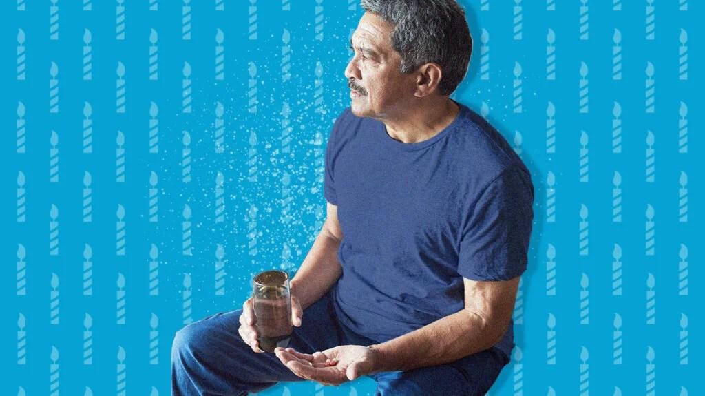 50 세 이상 남성에게 종합 비타민제를 복용하는 노인.