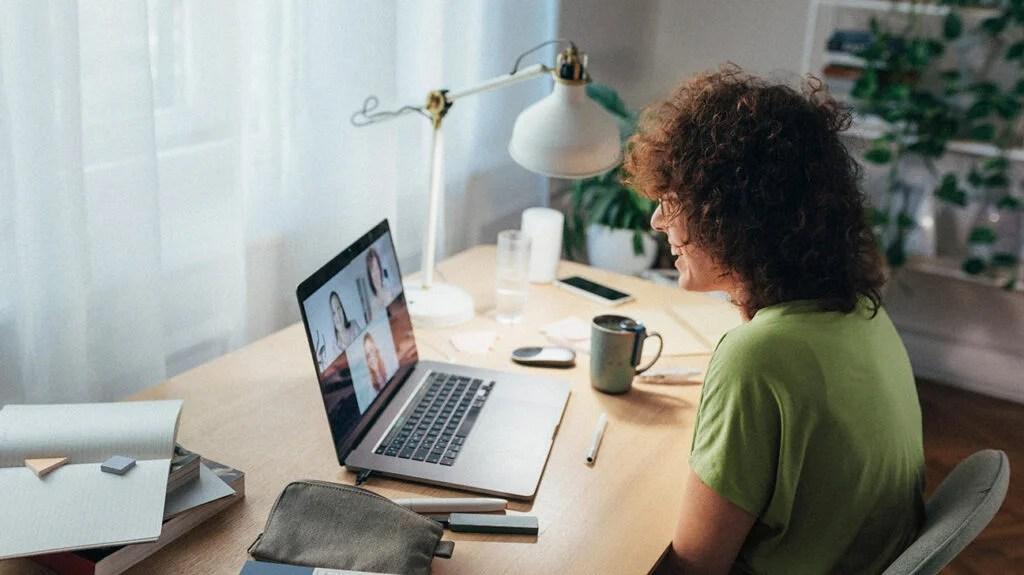一名妇女参加了一个在线小组治疗会议。