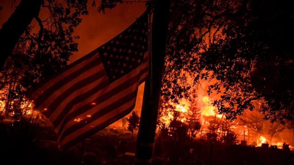背景是森林燃烧,前景是美国国旗