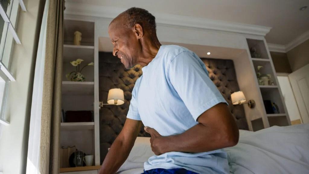 患胃痛,恶心和腹泻的老人