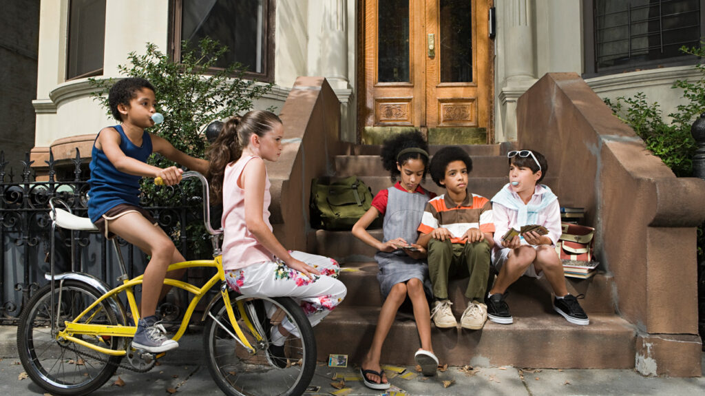 一群青春期的青少年一起坐在台阶上