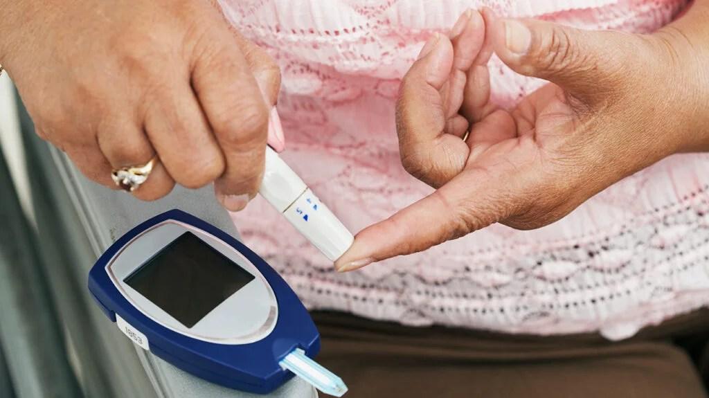 女子测量血糖水平