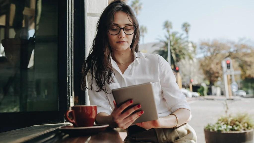 阅读平板电脑的健康信息的女人陪伴胃炎