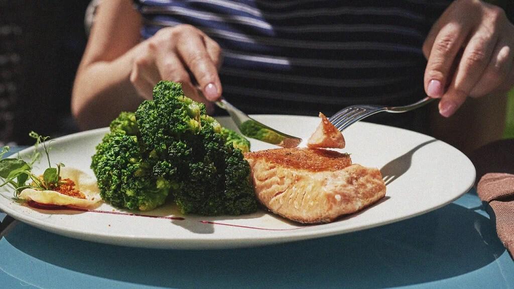 위염 다이어트를위한 음식 접시의 근접 촬영.