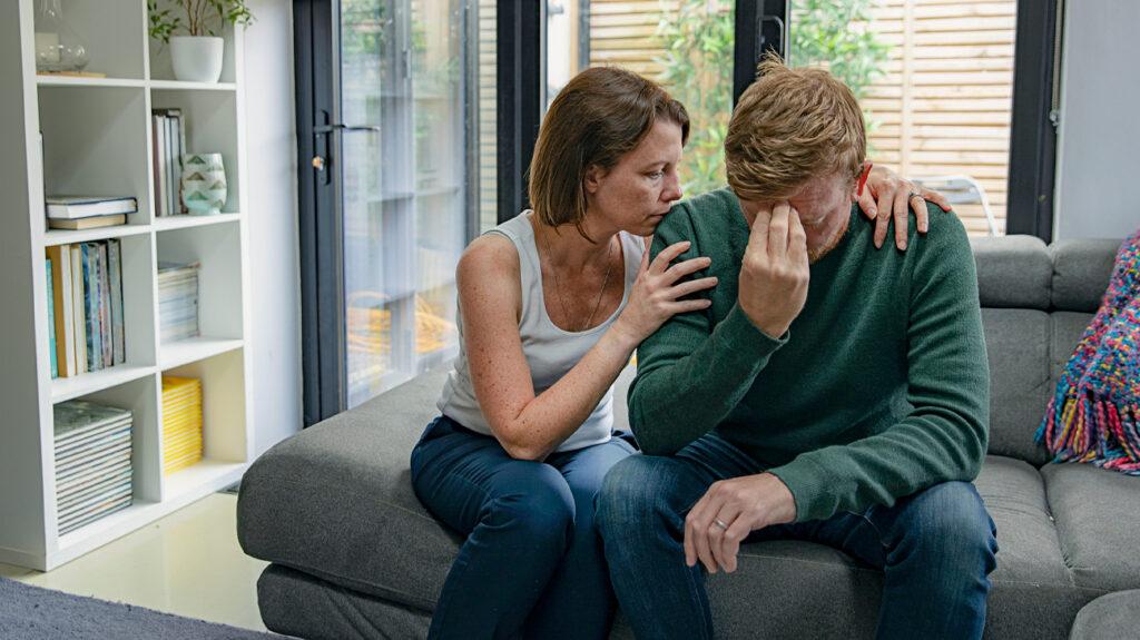 uma pessoa mostrando sinais de sofrimento emocional