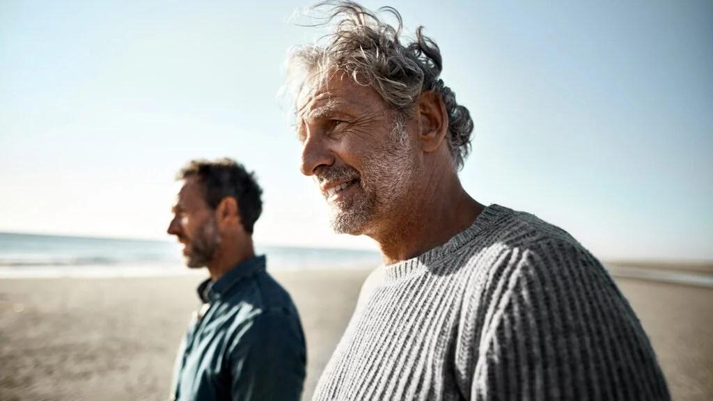 走在海滩的两个老人