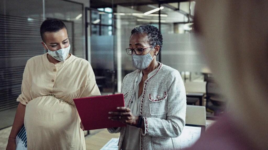 两个戴着面具的女研究人员正在讨论