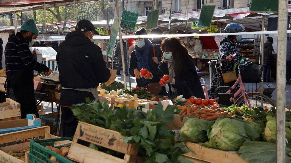 人们在市场上买菜