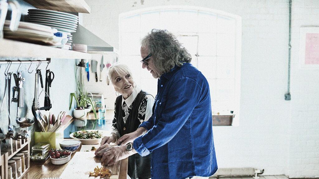 一对老夫妇在他们的厨房里砍掉蔬菜