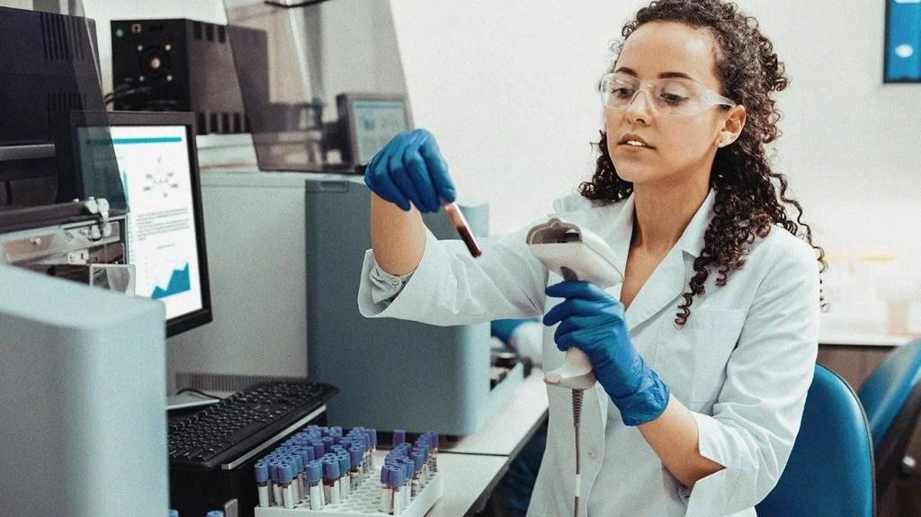 在实验室工作的科学家