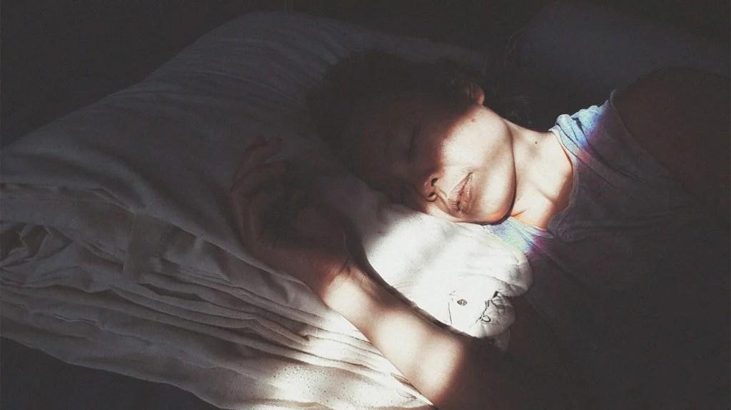 有人在白天睡在阳光下