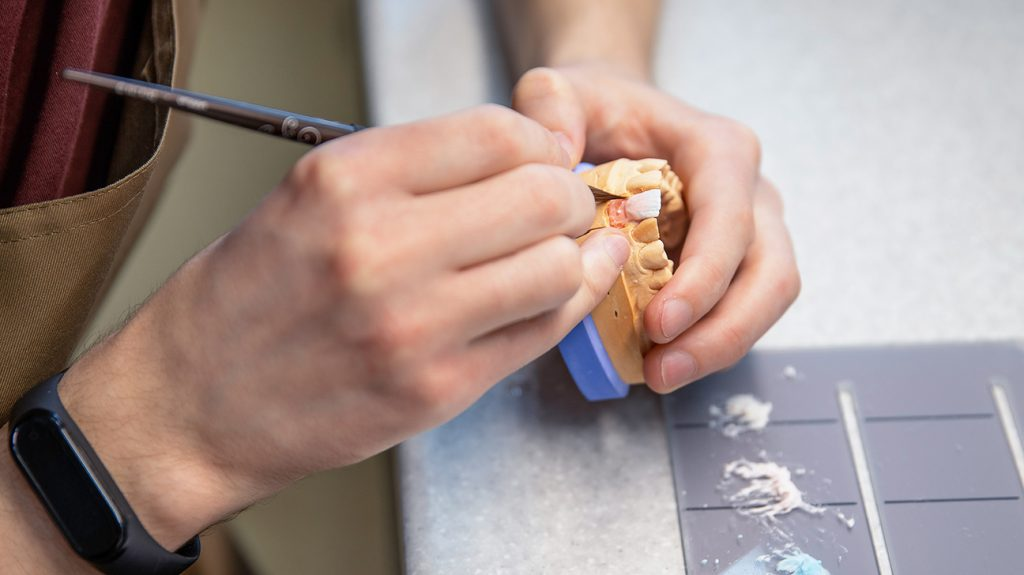 专业的手清洁假牙