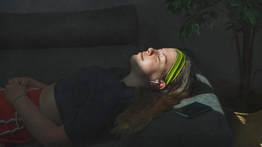妇女在锻炼后小睡在阳光下