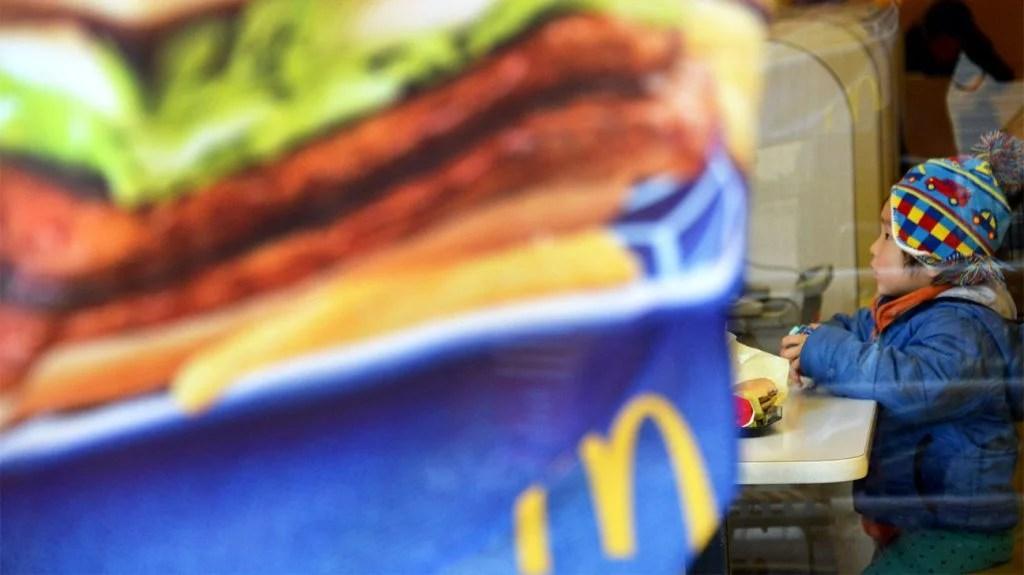 麦当劳的日本官员在道歉中鞠躬