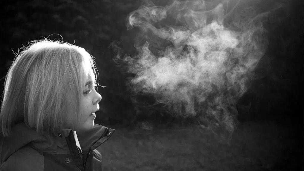 呼吸在黑白的一个寒冷的天孩子