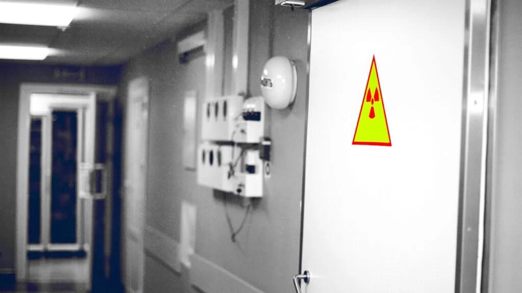 医院走廊中的辐射符号