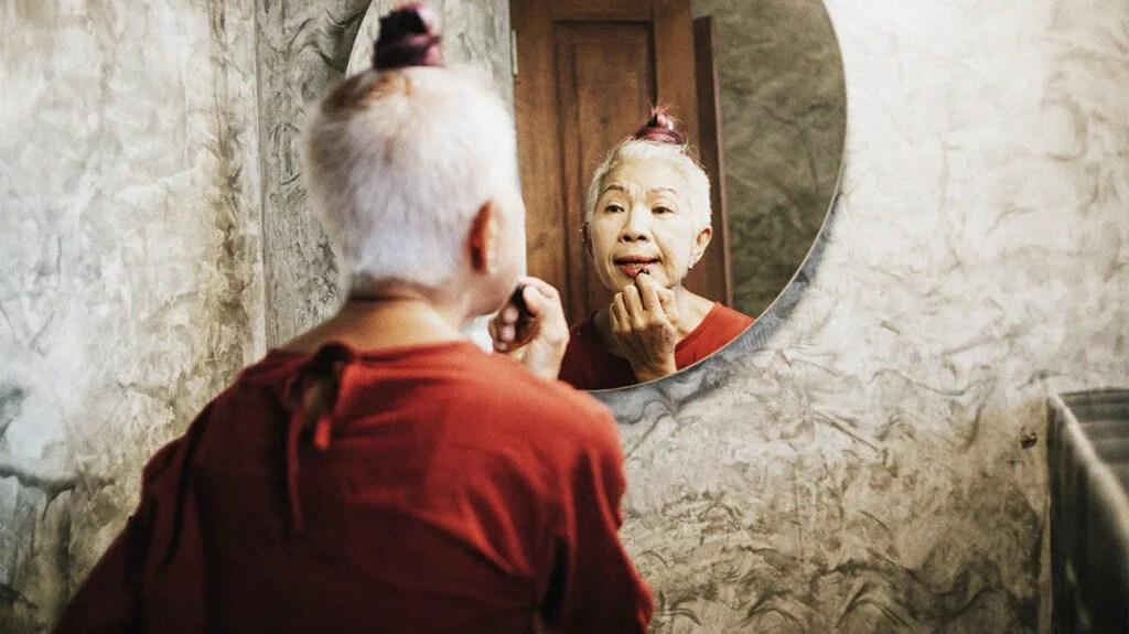 有人在镜子前涂口红