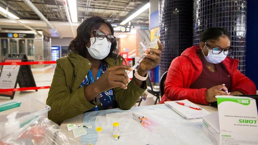 mujeres que trabajan en el centro de vacunación