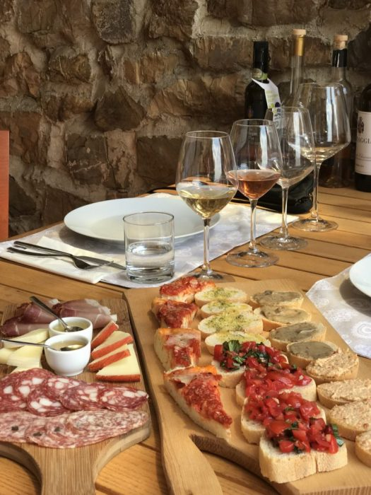 Food pairings for wine tasting in Tuscany