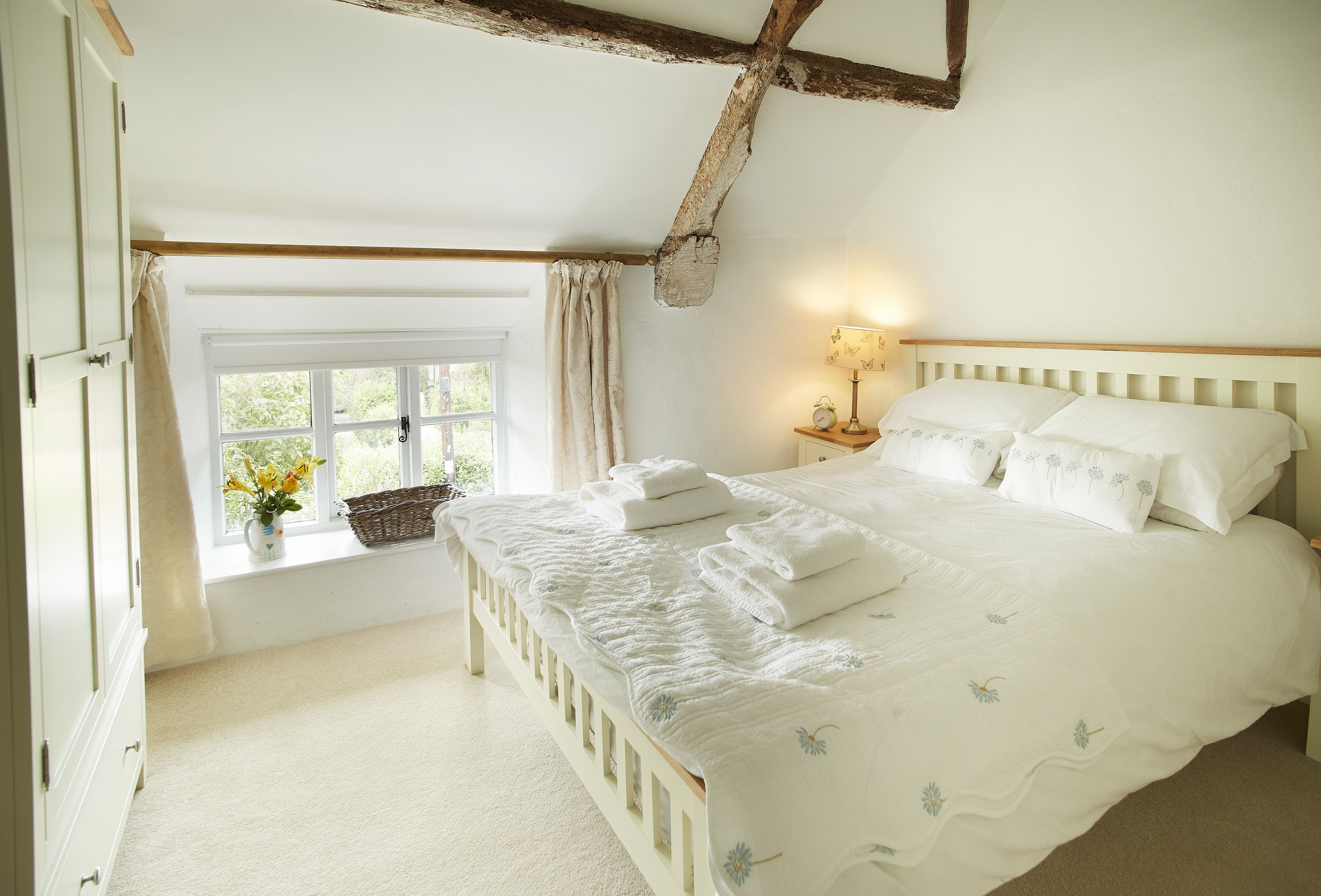 10_beautiful_thatched_cottages_in_england_appleyard_cottage_wiltshire