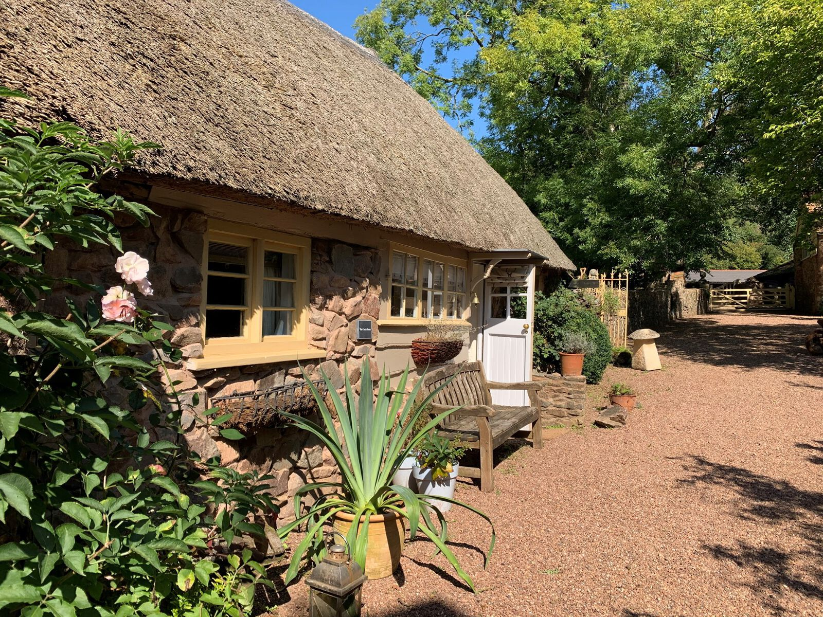 10_beautiful_thatched_cottages_in_england_the_coach_house_somerset
