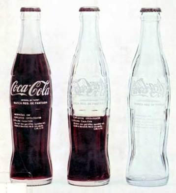 Inserções em Circuitos Ideológicos: Projeto Coca – Cola, 1970 decalque silk screen sobre vidro 18 x 8 Ø cm, Cildo Meireles