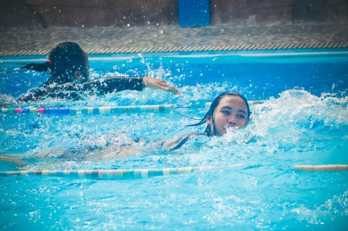girl-street-photography-water-leisure-blue-1434991-pxhere.com