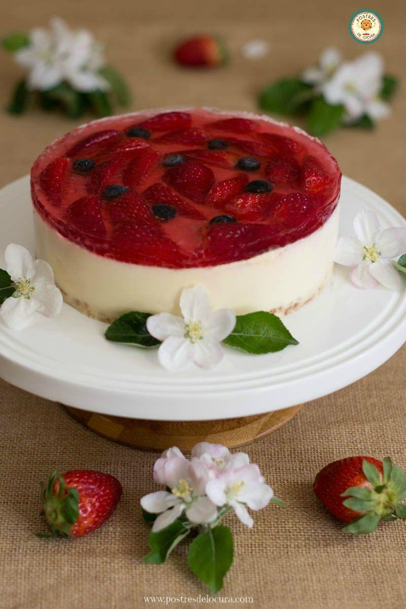 Tarta de chocolate blanco con cobertura de fresas y gelatina