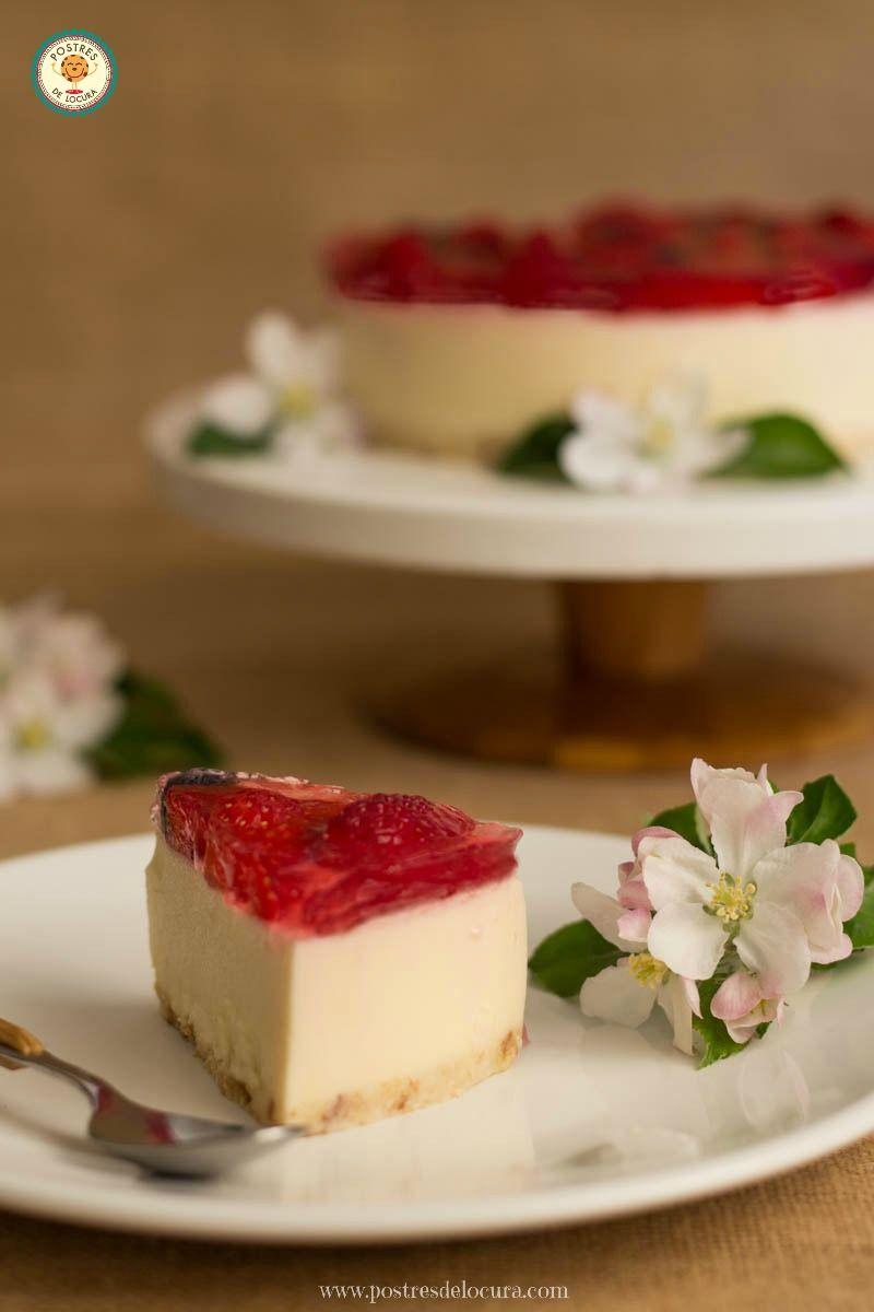 Trozo de tarta de chocolate blanco y fresas sin horno