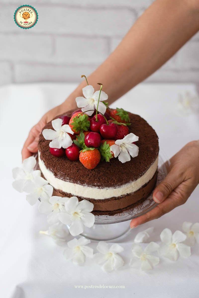 Tarta helada de dos chocolates decorada con fresas y cerezas