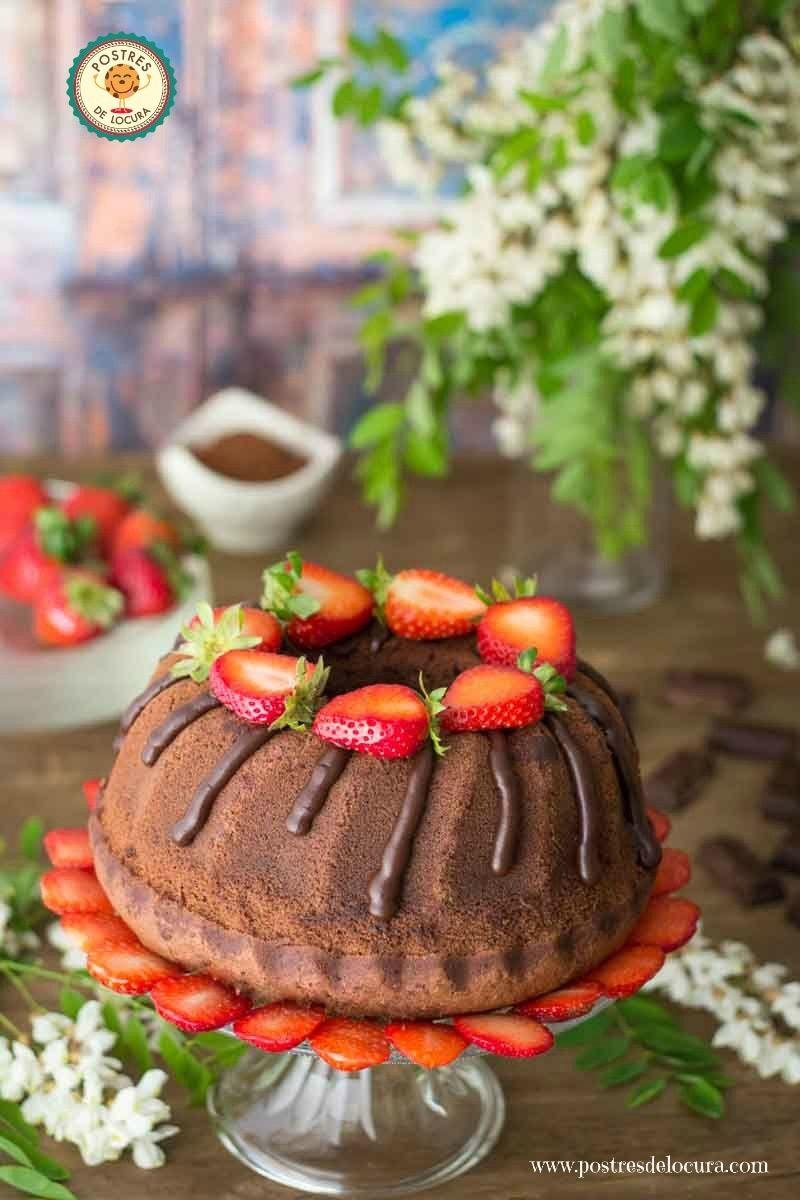 Bizcocho de chocolate con ganache de chocolate y fresas