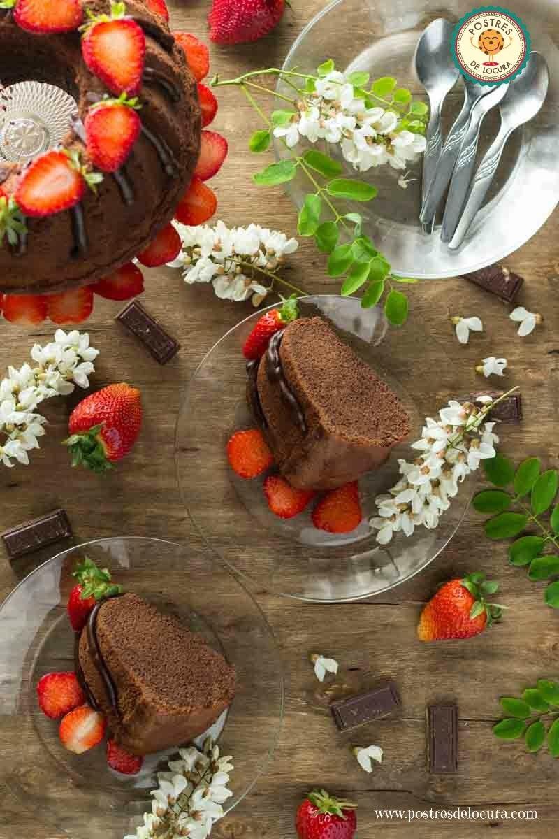 Trozos de bizcocho de chocolate con ganache de chocolate y fresas