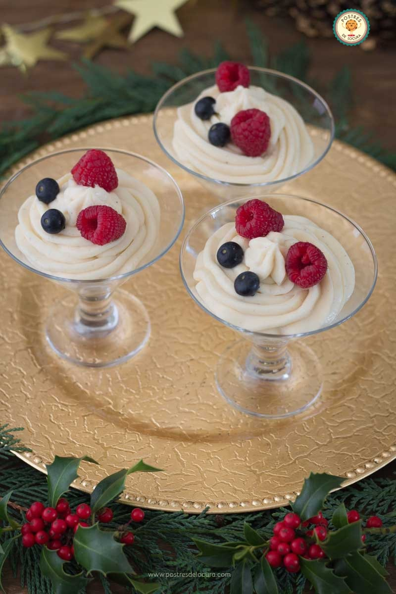 Copas de chocolate blanco con frutos rojos