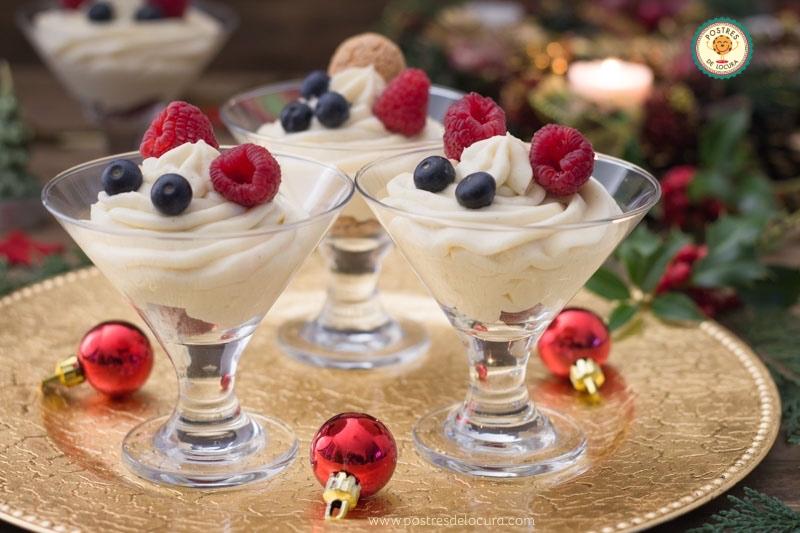 Copas de chocolate blanco con frutos rojos