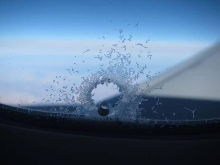 ¿Por Qué Hay Hoyos En Las Ventanas De Los Aviones?