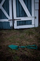 ...militärspade ligger i gräset..