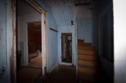 ...entrén med den mkt konstiga ingången till badrummet...