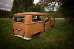 ...på gården står en gammal VW-buss...